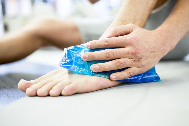 قرار دادن یخ روی مچ پا